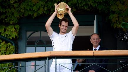 Andy Murray lets Tim Henman have the Wimbledon hill